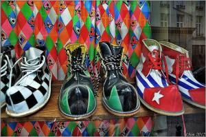 Chaussures de clown en vitrine
